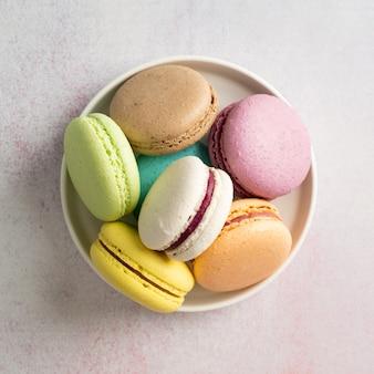 Kleurrijke bitterkoekjes op het bord