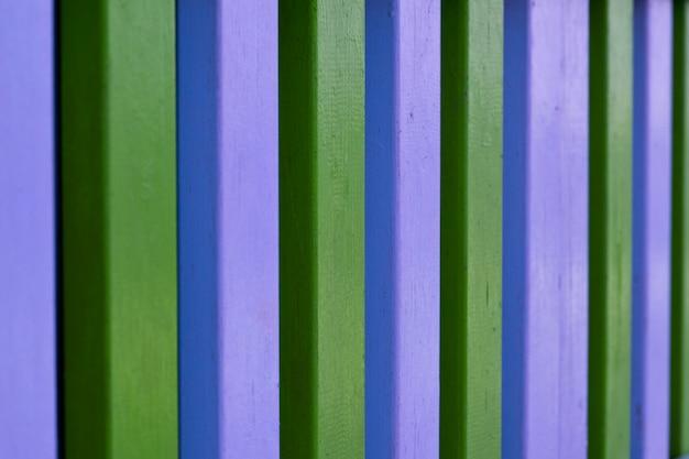 Kleurrijke blauwe en groene houten gestreepte plankmuur.