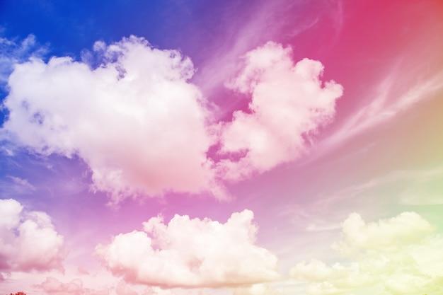Kleurrijke blauwe lucht met wolk.