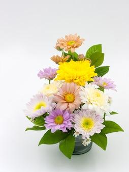 Kleurrijke bloemboeketregeling in geïsoleerde vaas