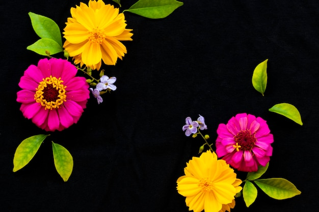 Kleurrijke bloemen arrangement briefkaart stijl op zwart