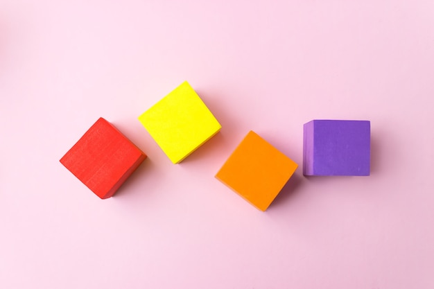 Kleurrijke blokken smockup op roze achtergrond bricks mockup kopie ruimte lege stapel kubussen