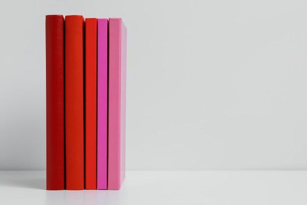 Kleurrijke boeken met exemplaarruimte