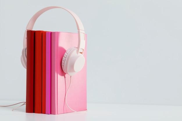 Kleurrijke boeken met hoofdtelefoons en exemplaarruimte
