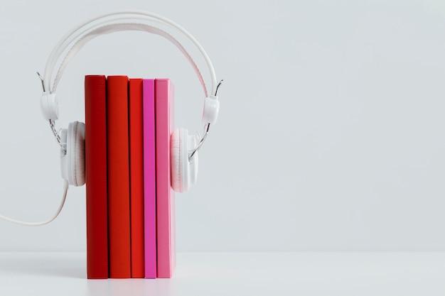 Kleurrijke boeken met koptelefoon
