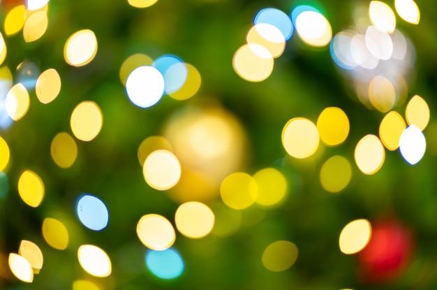 Kleurrijke bokeh van kerstboom,