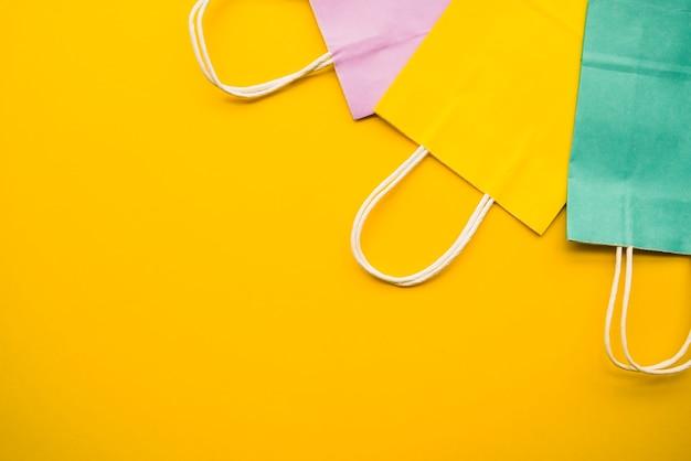 Kleurrijke boodschappentassen op tafel