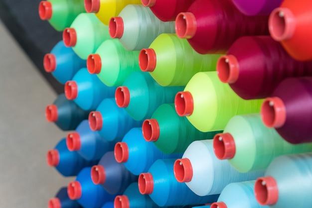 Kleurrijke borduurgarenklos die in de kledingindustrie wordt gebruikt