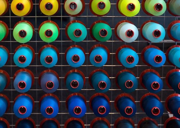 Kleurrijke borduurgarenklos die in de kledingindustrie wordt gebruikt.