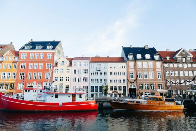 Kleurrijke boten en oude stadsgebouwen