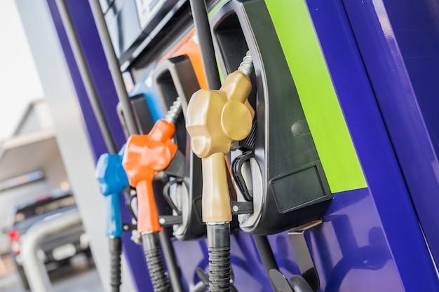 Kleurrijke brandstofpompen / brandstofpijp bij benzinestation in thailand