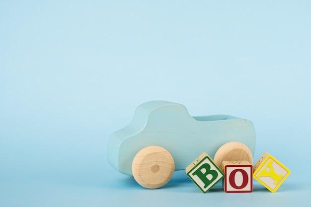 Kleurrijke brievenblokjes en houten speelgoedauto