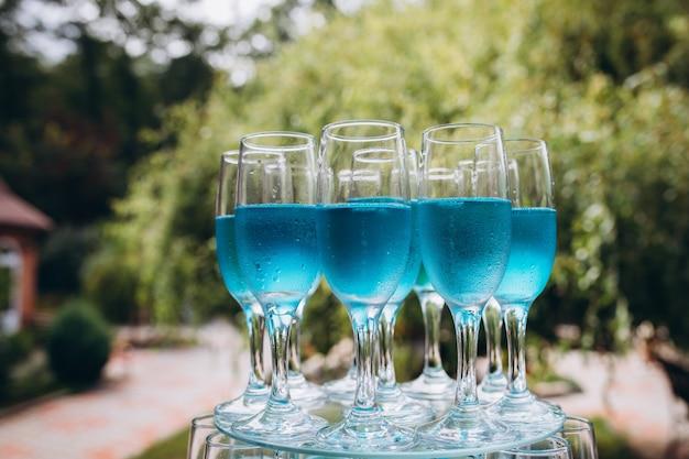 Kleurrijke bruiloft glazen met champagne