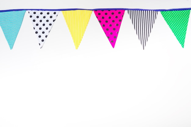 Kleurrijke bunting vlaggen op witte achtergrond