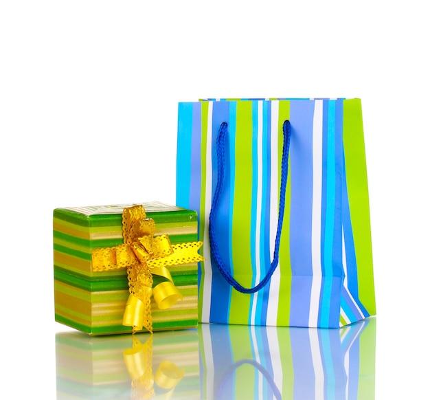 Kleurrijke cadeauzakjes met cadeaus op wit wordt geïsoleerd