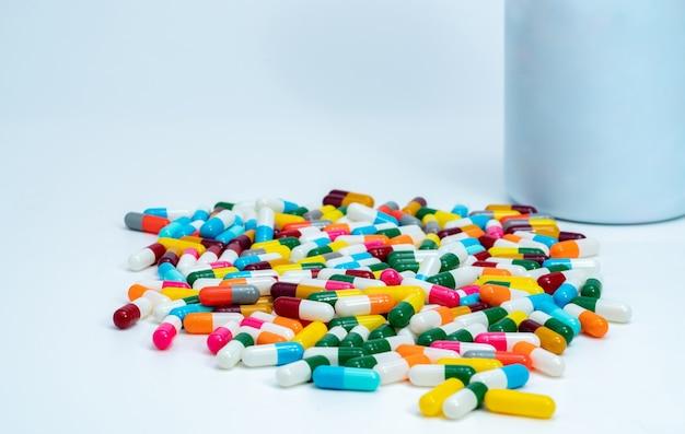 Kleurrijke capsulepillen dichtbij plastic drugfles. veelkleurige capsulepillen.