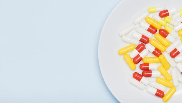 Kleurrijke capsules op plaat bovenaanzicht