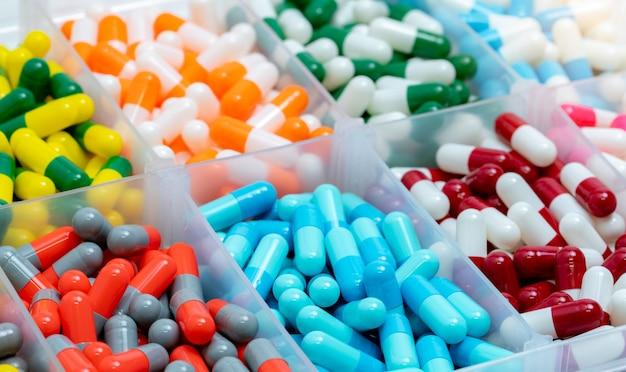 Kleurrijke capsulespil in plastic doos. apotheek drogisterij producten.
