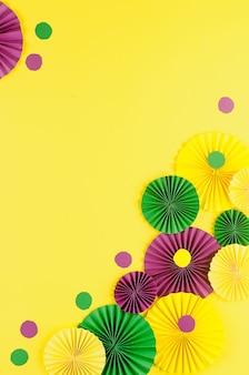 Kleurrijke carnaval fans op gele tafel
