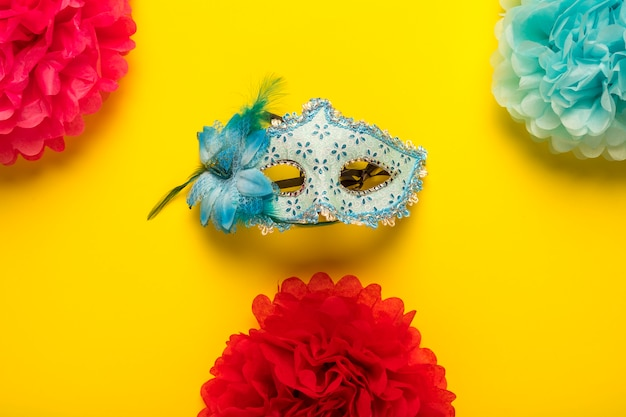 Kleurrijke carnaval-voorwerpen op gele achtergrond