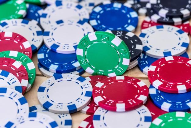 Kleurrijke casinofiches op de lijstclose-up