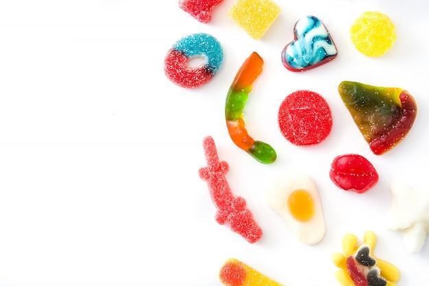 Kleurrijke childssnoepjes en geïsoleerde traktaties hoogste mening copyspacee
