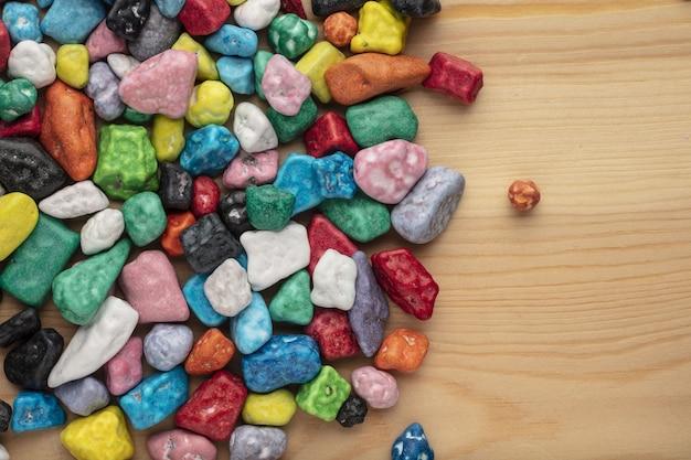 Kleurrijke chocolade snoep stenen op witte achtergrond.