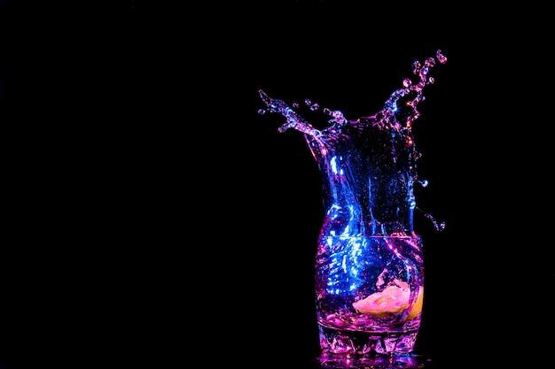 Kleurrijke cocktail in glas met spatten en citroen op donkere achtergrond party club entertainment gemengd