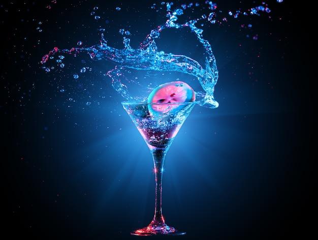 Kleurrijke cocktail in glas met splash op de donkere achtergrond