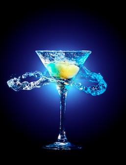 Kleurrijke cocktail op de zwarte achtergrond