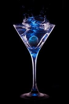 Kleurrijke cocktail op zwart
