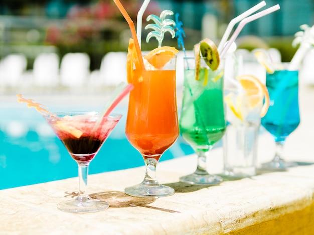 Kleurrijke cocktails bij het zwembad