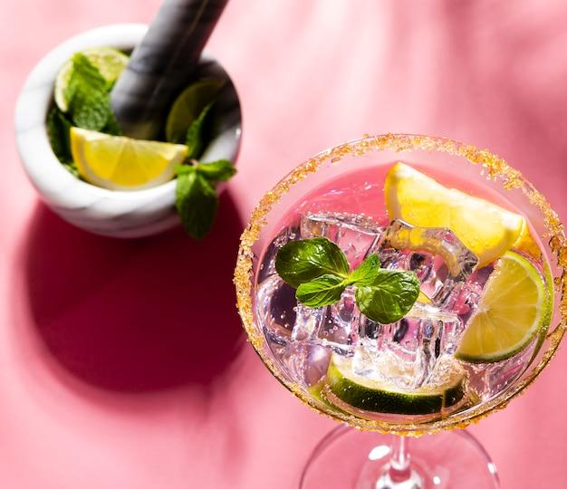 Kleurrijke cocktails op de bartafel in restaurant.
