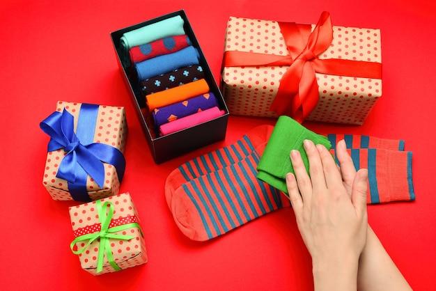 Kleurrijke collectie katoenen sokken als cadeau in vrouwenhanden.