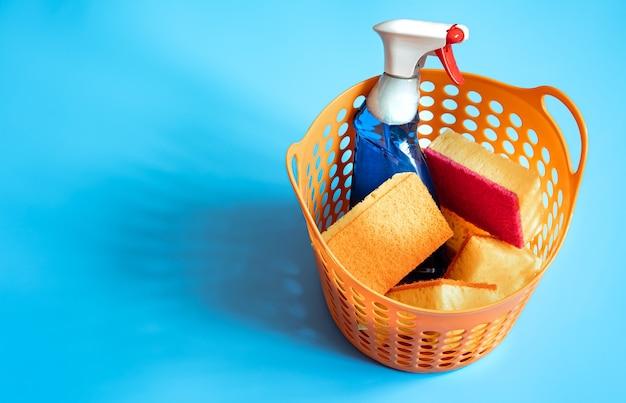 Kleurrijke compositie met een set heldere schoonmaaksponzen en schoonmaakmiddel. schoonmaak service concept achtergrond