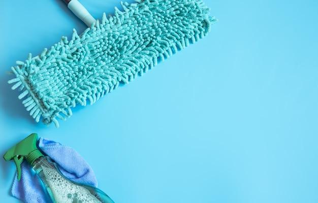 Kleurrijke compositie met mop en glasreiniger plat leggen. schoonmaakbedrijf dienstverleningsconcept.