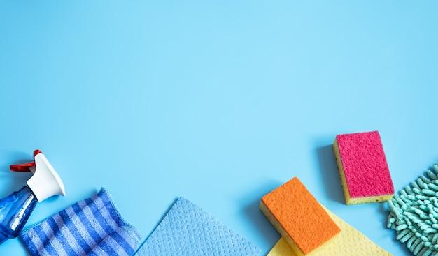 Kleurrijke compositie met sponzen, poetslappen, handschoenen en wasmiddel voor algemene reiniging. plat leggen
