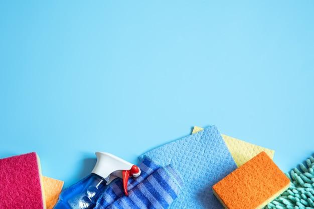 Kleurrijke compositie met sponzen, poetslappen, handschoenen en wasmiddel voor algemene reiniging. schoonmaak dienstverleningsconcept.