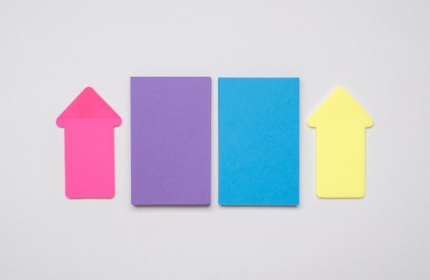Kleurrijke corporate visitekaartjes en pijlen
