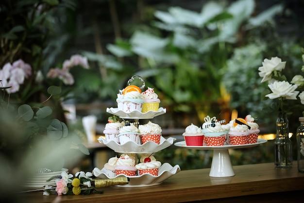 Kleurrijke cupcake in de tuin