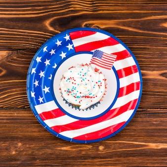 Kleurrijke cupcake met de kleine vlag van de vs