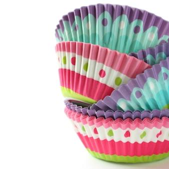 Kleurrijke cupcake wrappers over wit met copyspace