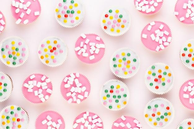 Kleurrijke cupcakes op een witte achtergrond