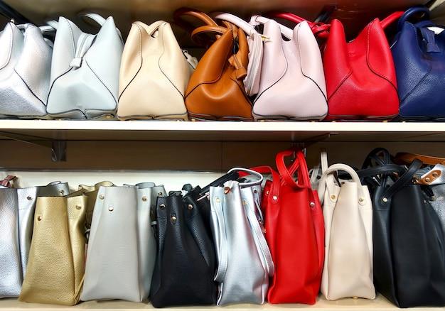 Kleurrijke damestassen op de planken.