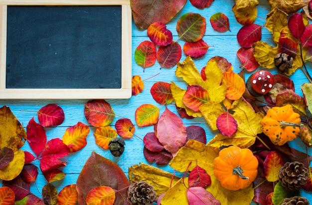 Kleurrijke de herfstbladeren over een houten achtergrond
