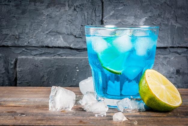 Kleurrijke de zomerdrank, bevroren blauwe de cocktaildrank van de lagunealcohol met kalk en munt