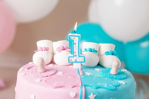 Kleurrijke decoratie van een verjaardagstaart voor het eerste jaar voor tweelingen