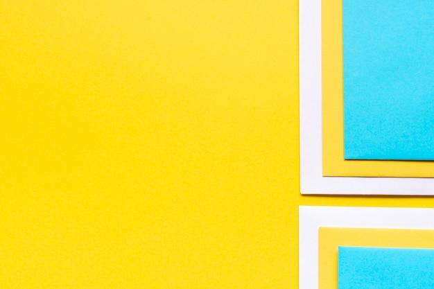 Kleurrijke decoratie van kartonnen vellen met kopie ruimte
