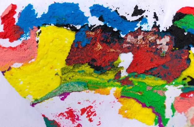 Kleurrijke decoratieve ruwe gips textuur op witte achtergrond. sluit omhoog de textuur van het muur grunge kunstwerk.