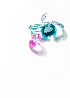 Kleurrijke diamanten die op witte achtergrond worden geïsoleerd